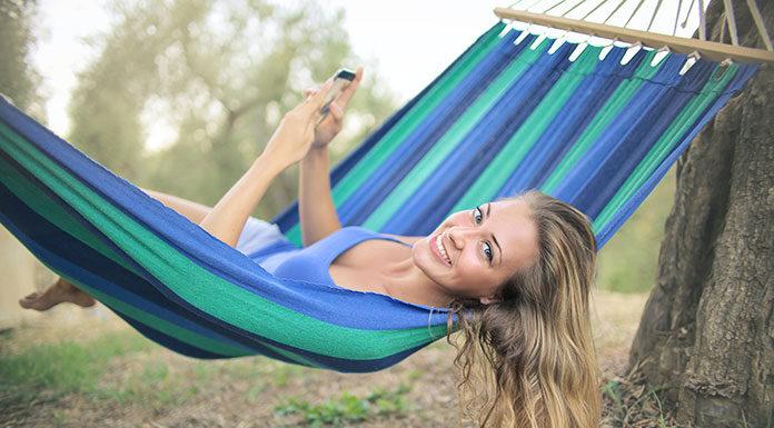 Wyjeżdżasz na wakacje? Dowiedz się, jak doładować internet za granicą